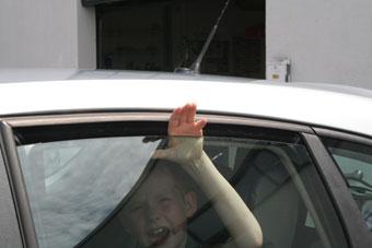 ADAC - Kinderhand im Fenster