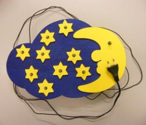 Kinderleuchte mit 230 V Netzanschluss ohne Transformator (DIN EN 60598-2-10 10.6); Stromschlaggefahr