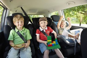 (Quelle:ADAC) - Sicher im Auto: Der richtige Kindersitz und das korrekte Anschnallen sind oft lebenswichtig