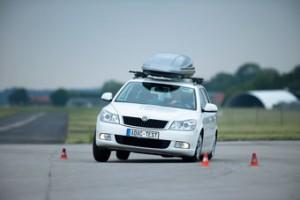 (Quelle:ADAC) - Mit zuviel Reisegepäck auf dem Dach ist der PKW nicht mehr vollständig kontrollierbar
