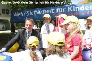 Aktion zur Sturzprävention mit Berliner Kindergartenkindern und Bundesgesundheitsminister Daniel Bahr