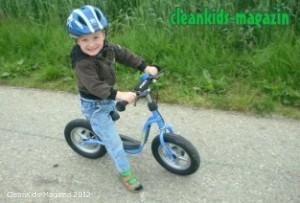 Kind mit Laufrad - Symbolbild