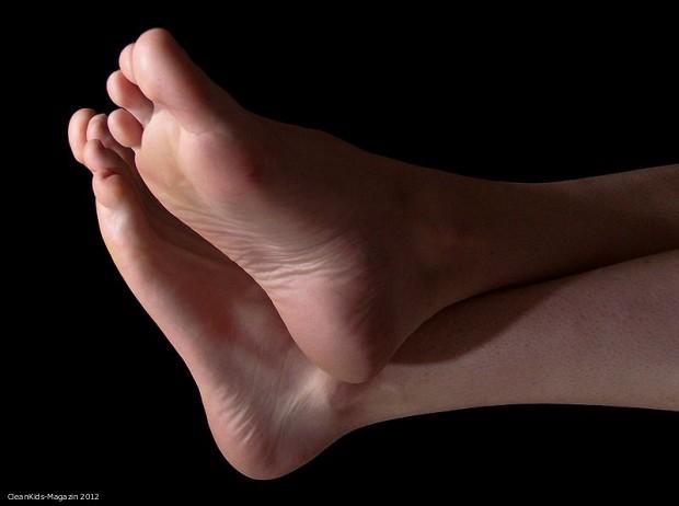 800px-Grown_man's_feet_1
