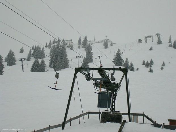 Schlepplift -- R+V-Infocenter: Schal gut unter der Skijacke verstauen - auch im Lift Skihelm nicht absetzen