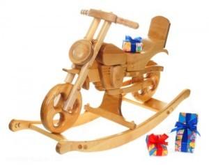 Das Motorrad- oder Chopper-Schaukelpferd ist komplett aus Massivholz gefertigt