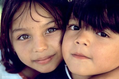 Zwei SOS-Geschwister im SOS-Kinderdorf SanJeromino, Guatemala. Foto: Reto Guntli