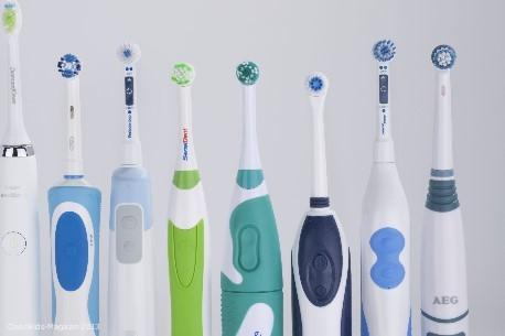 """Elektrische Zahnbürsten: Eine """"sehr gute"""" für 22 Euro – eine """"gute"""" für 160 Euro - Bild: Stiftung Warentest"""