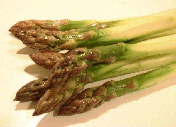 Stangenweise Genuss: Spargel am besten aus heimischem Anbau kaufen