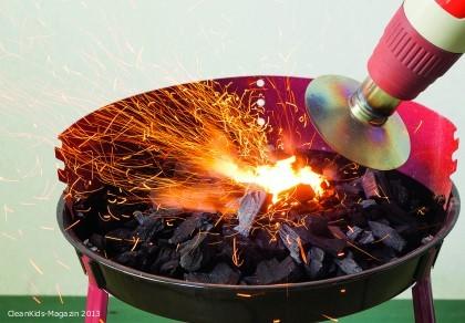 Heißluft-Grillföhn: Heiße Luft entzündet die Holzkohlen, kalte facht die Glut weiter an.