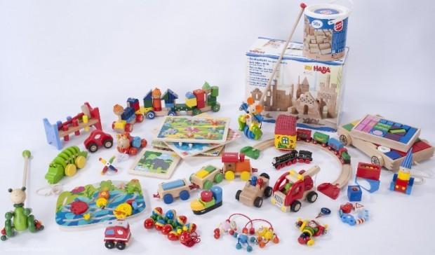 Jedes zweite Holzspielzeug im Test enthält gefährliche Stoffe oder es lösen sich Kleinteile, die Kinder leicht verschlucken können