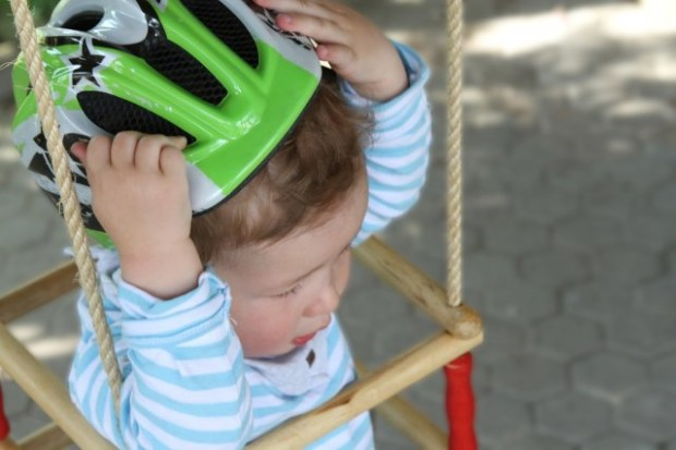 Fahrradhelm für Kinder: Schutz im Straßenverkehr - tödliche Gefahr auf dem Spielplatz - Bild: Infocenter der R+V Versicherung