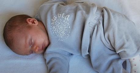 Schlafen in Rückenlage verformt häufig das Babyköpfchen