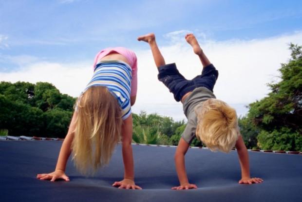 Sicher springen: das richtige Verhalten auf einem Trampolin - Bild: © Thinkstock Images/Stockbyte