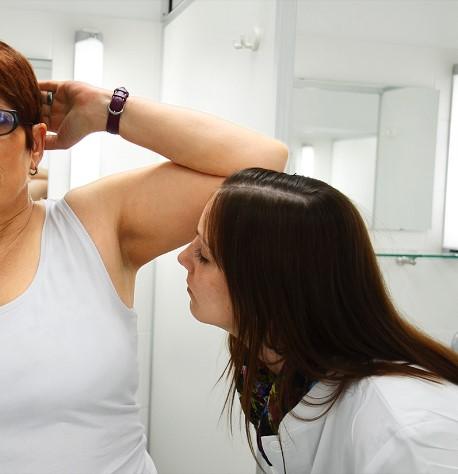 Eine geschulte Expertin schnuppert, ob und wie lange die Sprays vor Achselgeruch schützen - Bild: Stiftung Warentest