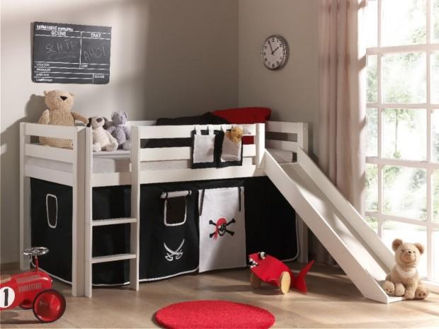 Ein Hochbett mit Rutsche ist ein Schlafplatz und Spielplatz zugleich