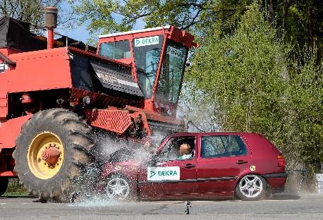 Frontalkollision mit einem Mähdrescher, der vorschriftsmäßig mit abgebautem Mähwerk unterwegs ist: Im DEKRA Crashtest mit 67 km/h unterfährt der Pkw die feste Struktur der Erntemaschine, steife Bauteile dringen in den Fahrgastraum ein. In einem solchen Fall nützen auch Airbag und Sicherheitsgurt nicht mehr. - Bild: DEKRA
