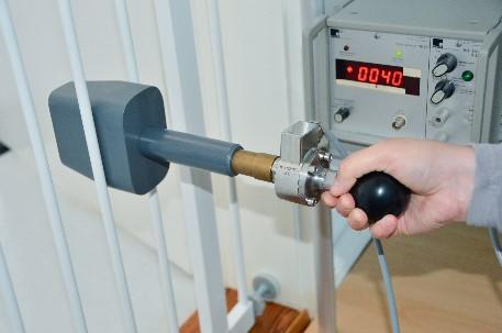 Im Labor wurde mithilfe einer Hüftschablone geprüft, wie stabil die Gitter der Kindersicherungen sind. - Bild: ÖKO-TEST