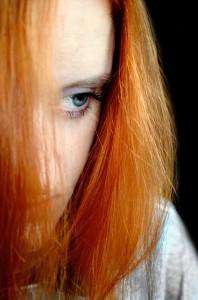 """Nach der Geburt leiden viele Frauen am Baby-Blues, bei manchen entsteht daraus in den folgenden Wochen sogar eine Depression. Eine wichtige Rolle spielt dabei die Monoaminoxidase A. Das Enzym ist für den Abbau von Neurotransmittern wie Dopamin und Serotonin zuständig. Bei Frauen mit depressiven Episoden nach der Geburt sind die Enzymwerte im Gehirn im Vergleich zu gesunden Frauen stark erhöht. Zu diesem Ergebnis kommt ein kanadisch-deutsches Forscherteam unter Beteiligung von Julia Sacher vom Max-Planck-Institut für Kognitions- und Neurowissenschaften in Leipzig. Die Ergebnisse können dabei helfen, Wochenbett-Depressionen vorzubeugen und mit neuen Medikamenten zu behandeln.  Die Geburt eines Kindes stellt für die Mutter alles auf den Kopf. Zu Freude und Glück  gesellen sich bald auch Müdigkeit und Erschöpfung. Die überwiegende Mehrheit der Frauen erlebt im Wochenbett für einige Tage ein vorübergehendes Stimmungstief. Dieser """"Baby-Blues"""" ist noch keine Erkrankung, lässt aber manchmal schon erste Anzeichen für eine sich anbahnende depressive Verstimmung erkennen: Für 13 Prozent aller Mütter führt die Achterbahnfahrt der Gefühle direkt in den Keller; sie entwickeln das Vollbild einer Wochenbett-Depression. Diese schadet nicht nur der Mutter, sondern auch dem Kind. Eine effektive Behandlung ist schwierig, da die genauen neurobiologischen Ursachen bisher unbekannt waren.  Die neue Studie zeigt, dass die Wochenbett-Depression mit stark erhöhten Monoaminoxidase-A-Werten im Gehirn einhergeht, besonders im präfrontalen Kortex und im anterioren cingulären Kortex. Bei Frauen mit postpartaler Depression lagen die Werte 21 Prozent über denen von Frauen, die nach der Geburt nicht von negativen Gefühlen geplagt wurden. Die Frauen, die keine volle Depression entwickelten, aber öfter und häufiger in Tränen ausbrachen, zeigten ebenfalls moderat erhöhte Werte.  """"Man sollte also alles fördern, was die Monoaminoxidase-A-Werte senkt und alles vermeiden, was die Werte ansteigen lässt"""", er"""