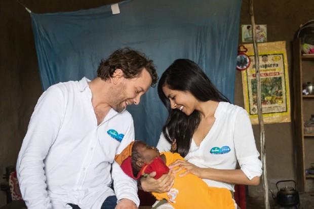 """Eltern weltweit träumen davon, ihren Kindern einen gesunden Start ins Leben zu ermöglichen. Pampers unterstützt UNICEF mit der Aktion """"1 Packung = 1 lebensrettende Impfdosis*"""" bereits zum neunten Mal, um diesen Traum wahr werden zu lassen – und das erfolgreich! Seit dem Beginn der Initiative im Jahr 2006 konnte die Infektionskrankheit Tetanus bei Neugeborenen bisher in vierzehn Ländern besiegt werden. Pampers hilft UNICEF weltweit dort, wo es dringend an Unterstützung für Mütter und ihre Babys gegen Tetanus bedarf. Dieses Engagement wird auch zukünftig fortgesetzt, denn in 25 der ärmsten Länder der Welt stellt Tetanus bei Neugeborenen immer noch eine Bedrohung dar. Auch 2014 spendet Pampers deshalb von Oktober bis Dezember für jede Packung Pampers mit UNICEF-Logo den Gegenwert einer Tetanus-Impfdosis an UNICEF. In diesem Jahr unterstützen Christian Ulmen und Collien Ulmen-Fernandes, Eltern einer Tochter, als Aktionsbotschafter die Initiative. In Äthiopien informierte sie sich über die Hintergründe der Krankheit und die Fortschritte und Erfolge des Impfprogramms."""