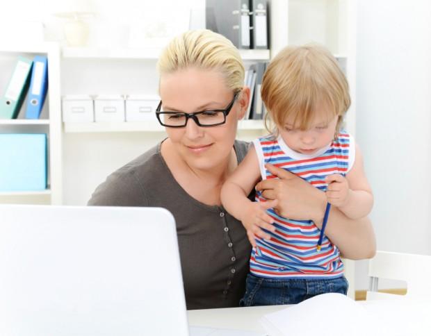 Karriere machen mit Kind - Bild: © istock.com/elenaleonova