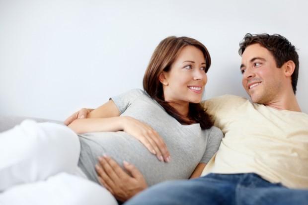 Eine Schwangerschaft weckt in erster Linie positive Gefühle bei werdenden Eltern - Bild: © istock.com/STEEX