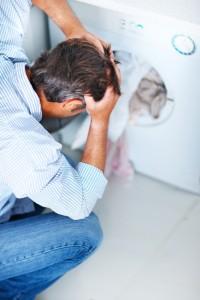 Eine kaputte Waschmaschine verursacht Kosten, die in der Regel nicht aufgeschoben werden können. - Bild: © istock.com/PeopleImages