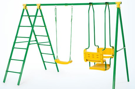 Hofer warnt vor Instabilität  dieses Kinder-Schaukelgestelles - Bild: Hofer KG