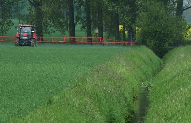 Pestizdapplikation auf einer Ackerfläche in Nordwestdeutschland - Foto: Renja Bereswill