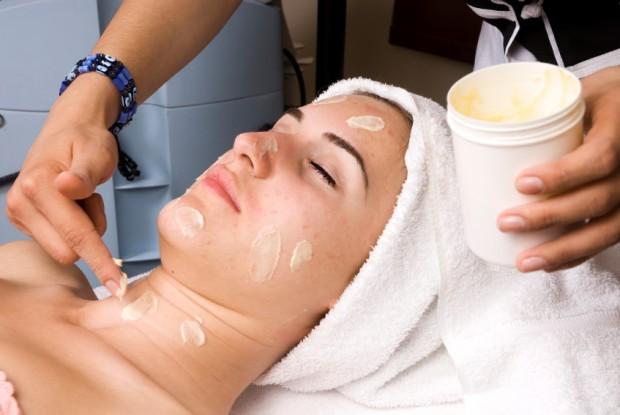 Gesichtsbehandlungen und regelmäßige Peelings können zur Linderung beitragen - Bild: © istock.com/101dalmatians