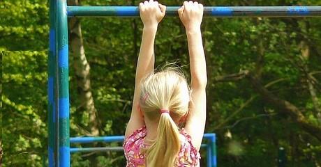 Kleinkinder: Zug am Arm kann empfindliches Ellenbogengelenk lockern
