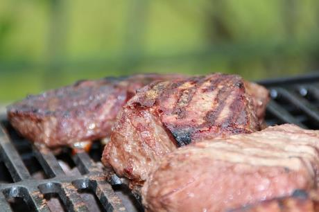 ÖKO-TEST Grillfleisch - Gammelfleisch, Antibiotika-Rückstände, resistente Keime