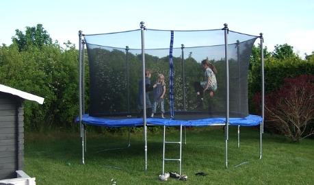 Unfälle auf Garten- oder Freizeit-Trampolinen enden oft mit sehr schweren Verletzungen
