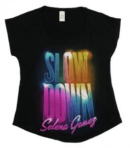Das Shirt von Selena Gomez enthält Schadstoffe, ist nicht reibecht und läuft beim Waschen ein - Bild: ÖKO-TEST