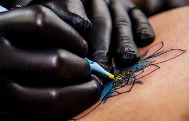 BfR weist erstmals Blausäure nach Laserbestrahlung eines Tätowierungspigments nach