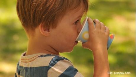 Hohe Temperaturen: Kinder sollten genug trinken