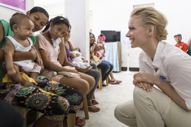 """Zum 10. Jubiläum haben Pampers und UNICEF nur einen Wunsch: Tetanus bei Neugeborenen weltweit zu besiegen. Pampers unterstützt UNICEF mit der Aktion """"1 Packung = 1 lebensrettende Impfdosis*"""" bereits zum zehnten Mal, um diesen Traum wahr werden zu lassen – und das erfolgreich! Seit dem Beginn der Initiative im Jahr 2006 konnte die Infektionskrankheit Tetanus bei Neugeborenen bisher in 16 Ländern besiegt werden. Pampers hilft UNICEF weltweit dort, wo es dringend an Unterstützung für Mütter und ihre Babys gegen Tetanus bedarf. Dieses Engagement wird auch zukünftig fortgesetzt, denn in 23 der ärmsten Länder der Welt stellt Tetanus bei Neugeborenen immer noch eine Bedrohung dar. Auch 2015 spendet Pampers deshalb von Oktober bis Dezember für jede Packung Pampers mit UNICEF-Logo den Gegenwert einer Tetanus-Impfdosis an UNICEF. In diesem Jahr unterstützt Franziska Knuppe, Mutter einer Tochter, als Aktionsbotschafterin die Initiative. Auf den Philippinen informierte sie sich über die Hintergründe der Krankheit und die Fortschritte und Erfolge des Impfprogramms."""