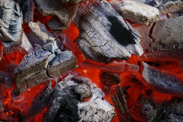 Heiße Grillkohle, verbrannte Füße - Unfallgefahren nach dem Grillen
