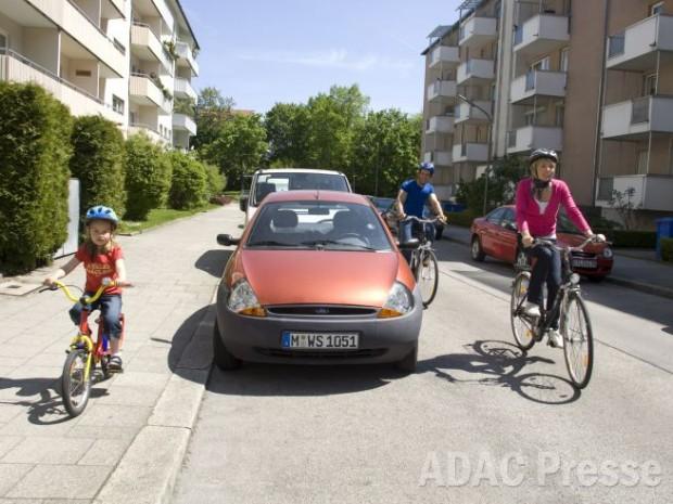 Bis zum 8. Lebensjahr müssen Kinder auf dem Gehweg fahren - Bild: Quelle: ADAC