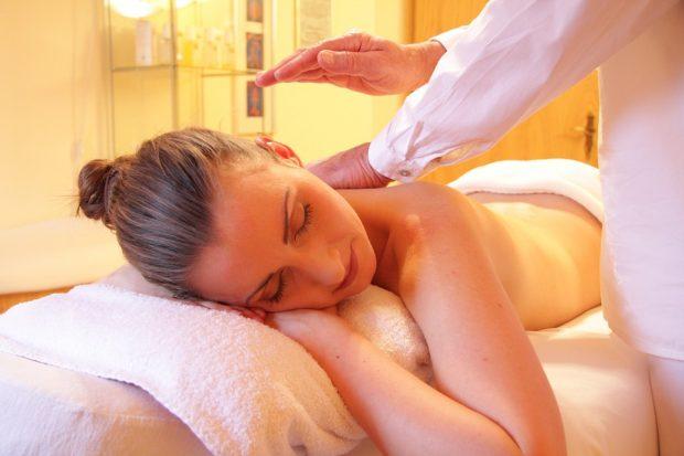 Massagen können sowohl bei Säuglingen als auch bei Erwachsenen den neurophysiologischen Status eines Menschen zum Positiven hin verändern
