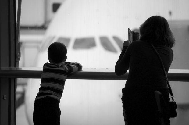 5 Tipps, wie Familien am Flughafen Geld sparen können