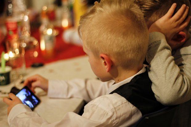 Das Handy - haben Kinder ein Recht auf Privatsphäre?