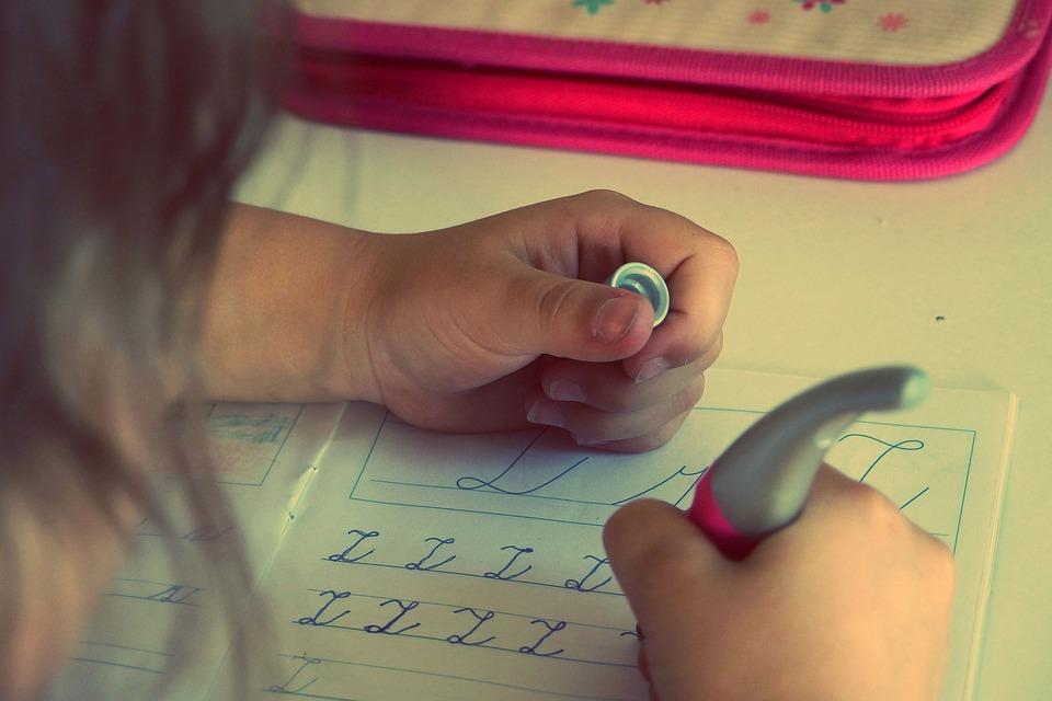 Wer seine Hausaufgaben sorgfältig erledigt, profitiert möglicherweise nicht nur von besserer schulischer Leistung