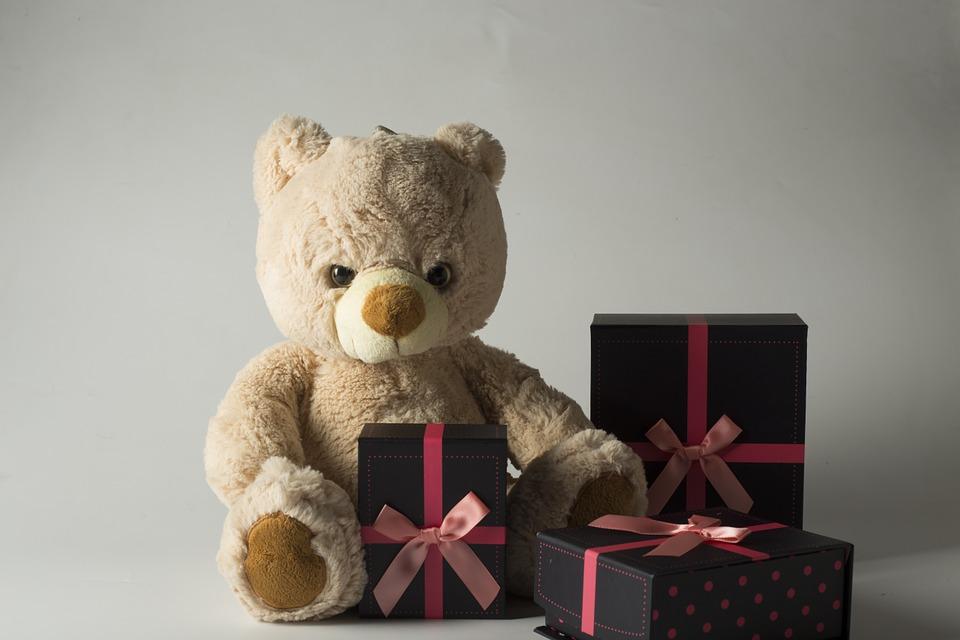 Kinder mögen schöne Verpackungen der Geschenke