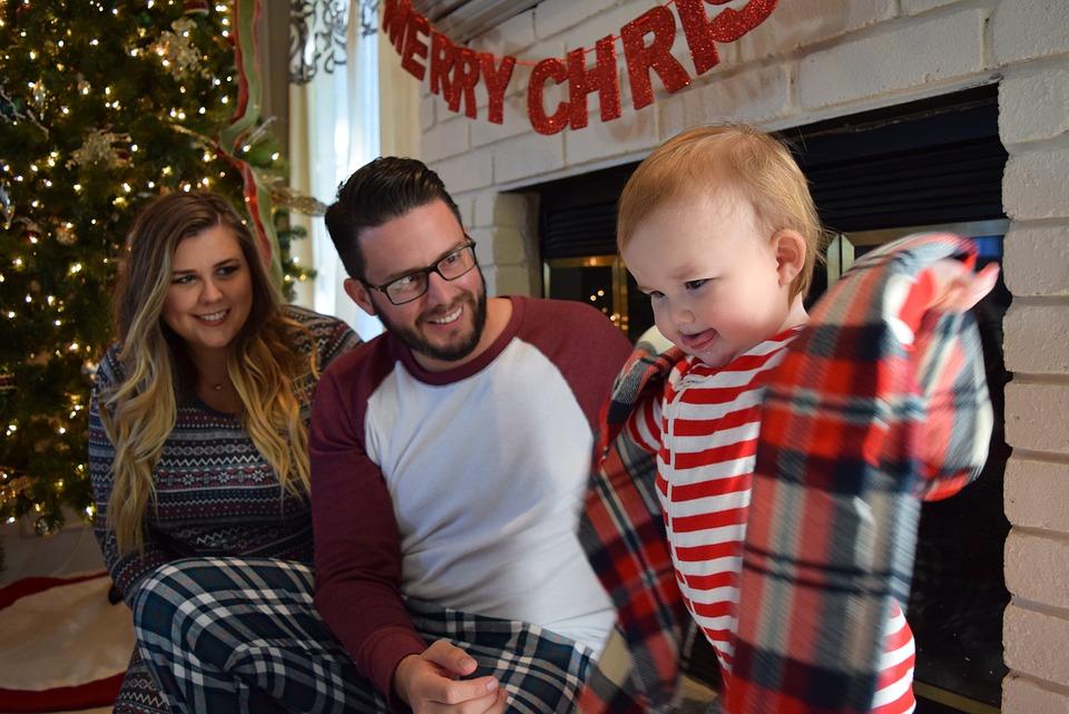 Kleinkinder freuen sich auf Weihnachten