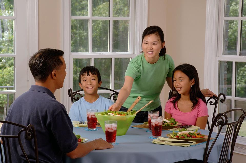 Häufige Familienmahlzeiten fördern eine gute Ernährung von Kindern