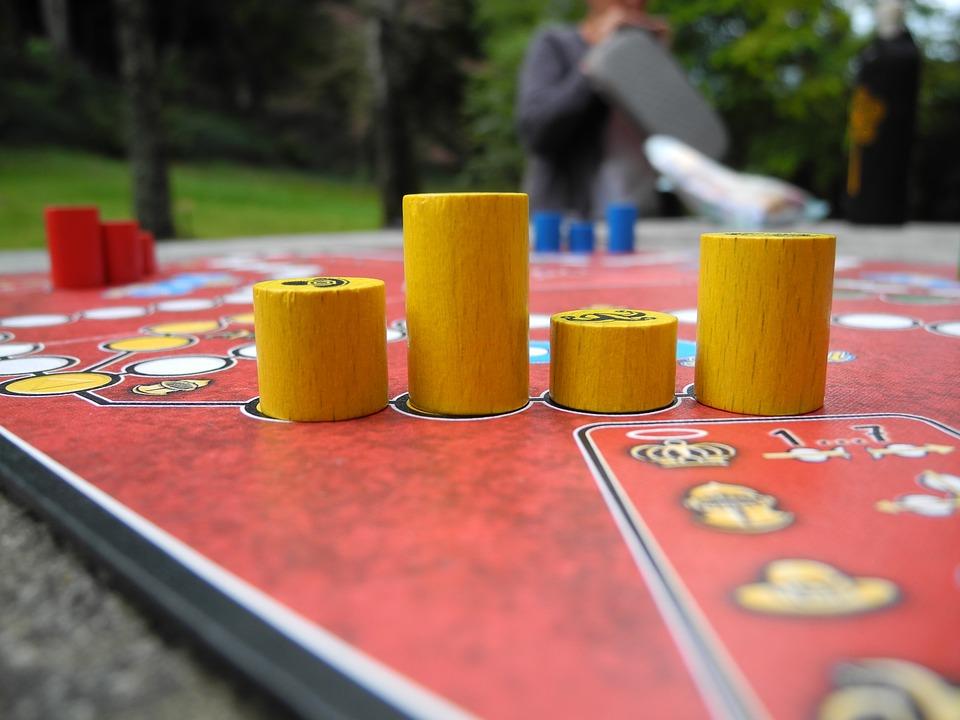 Gesellschaftsspiele sind eine günstige Alternative zu großen Familienausflügen. (Quelle: snonline (CC0-Lizenz)/ pixabay.com)