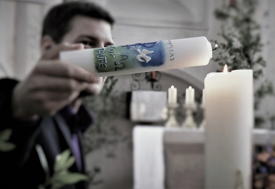 Klassiker unter den Taufgeschenken: Die Taufkerze ist die richtige Wahl für Paten, um ein symbolisches Geschenk zu machen.