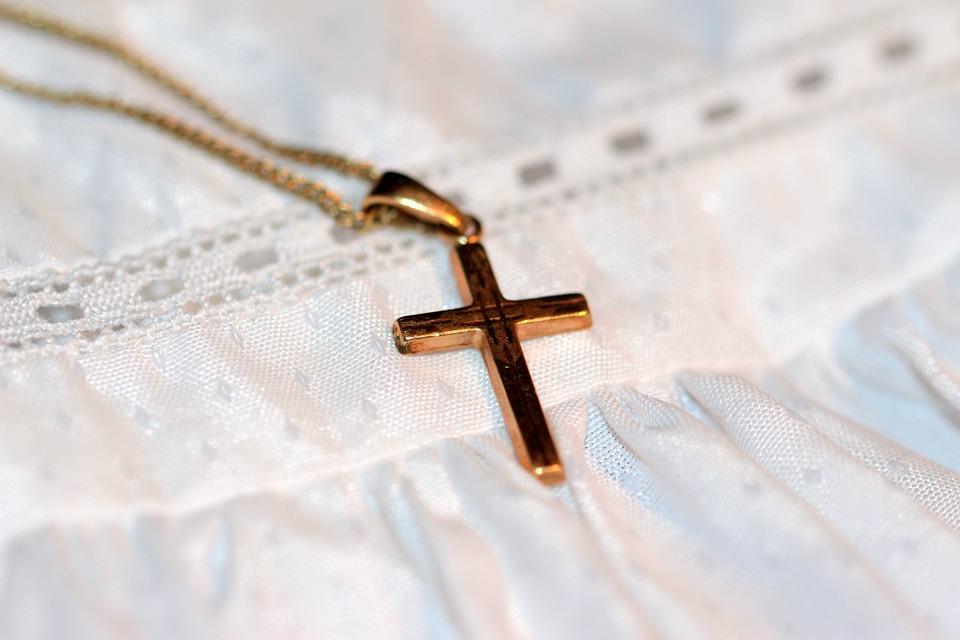 Babys erster Schmuck: Ob Kreuzkette, ein Modell mit Engel-Anhänger oder ein hübsches Taufarmband mit Namenselementen, Familienmitglieder treffen hiermit die richtige Wahl.