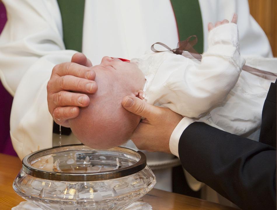 Ein Fest für die ganze Familie, um den Nachwuchs in der eigenen Kirchengemeinde willkommen zu heißen: Die Taufe ist für viele Eltern ein wichtiger Ritus.