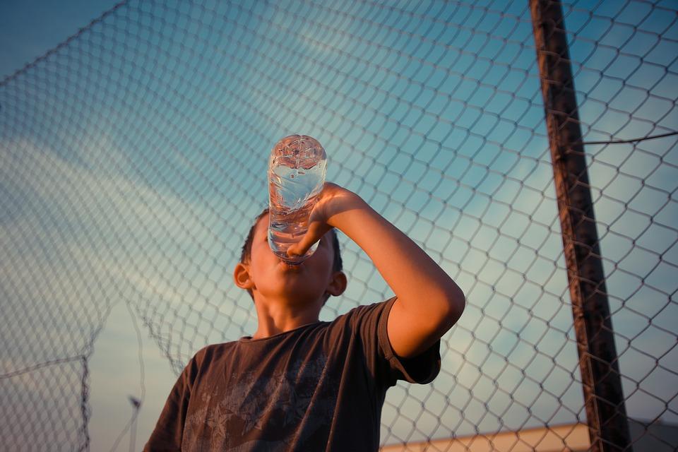 Kinder sollten Wasser trinken!